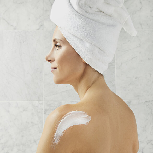 Cleanse & Polish™ Body Gentle Mitt Cleanser Lavender & Vetiver  large